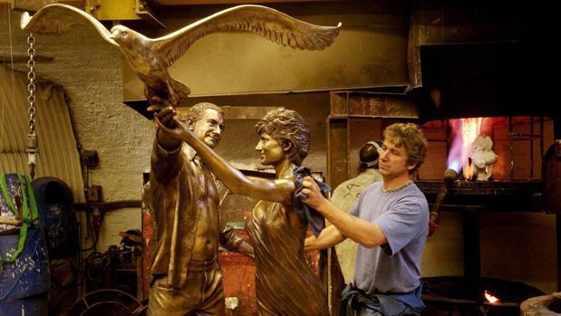 La estatua fue creada en 2005 por encargo de Mohamed Al-Fayed, por entonces dueño de los almacenes