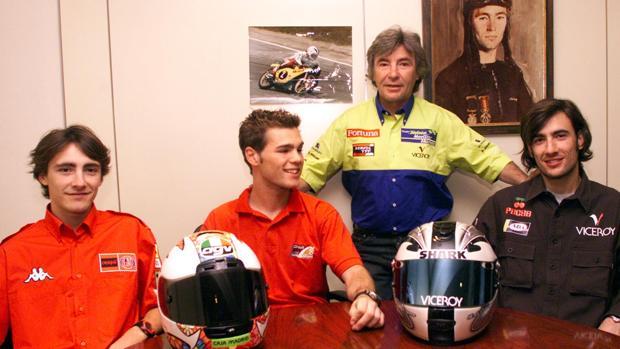 Ángel Nieto junto con sus dos hijos y su sobrino