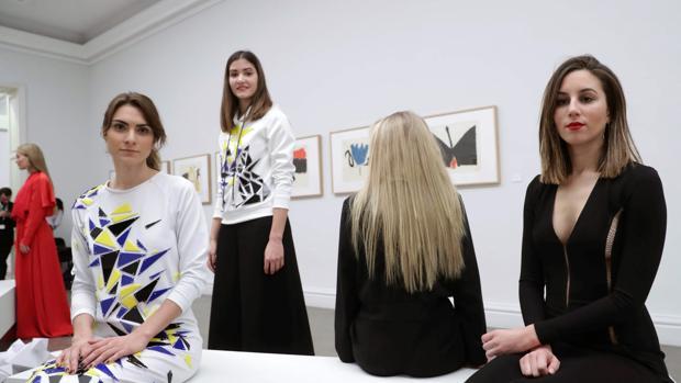 Modelos visten las creaciones de la diseñadora Pilar Dalbat, durante la Mercedes-Benz Fashion Week Madrid
