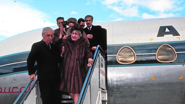 La Reina Victoria Eugenia descendiendo del avión en Madrid