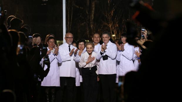 Carolina Herrera, flanqueada por sus costureros, ayer en Nueva York