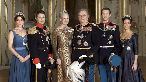 El Príncipe Enrique junto a la Reina Margarita, sus dos hijos y sus esposas