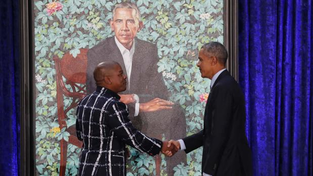 Barack Obama saluda a Wiley durante la presentación de su retrato oficial