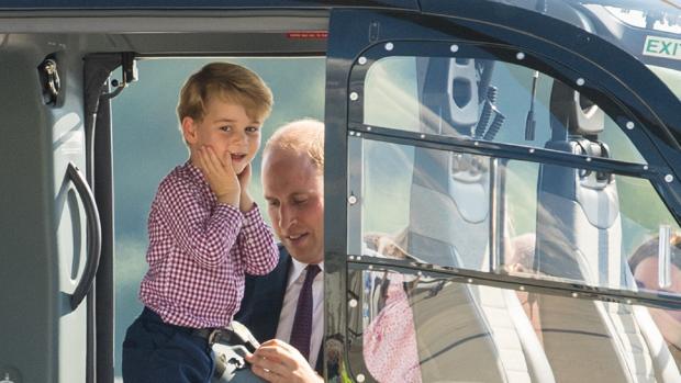 El Príncipe Jorge junto a su padre, el Príncipe Guillermo, se preparan para volar en helicóptero
