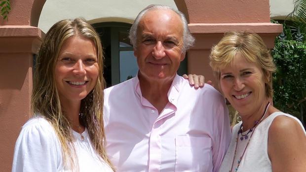 Gwyneth Paltrow posa con Ricado Arranz y Alicia Villapadierna, dueños del Hotel Villa Padierna, en Marbella