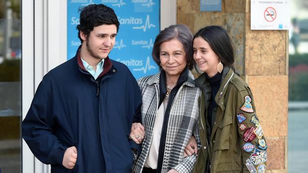 Felipe y Victoria Federica de Marichalar junto a su abuela, la Reina Sofía, en la puerta del Hospital de La Moraleja