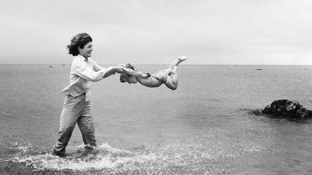 Jackie Kennedy balancea a su hija Caroline en las aguas de Hyannis Port en 1959