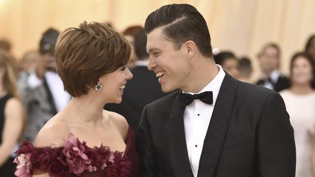 Scarlett Johansson junto a su pareja Colin Jost