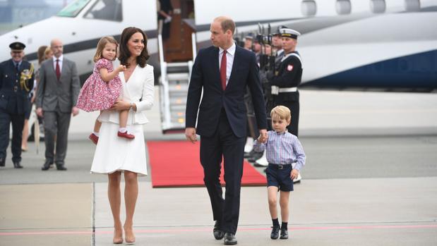 Los duqes de Cambridge con sus dos hijos mayores, los príncipes Jorge y Carlota