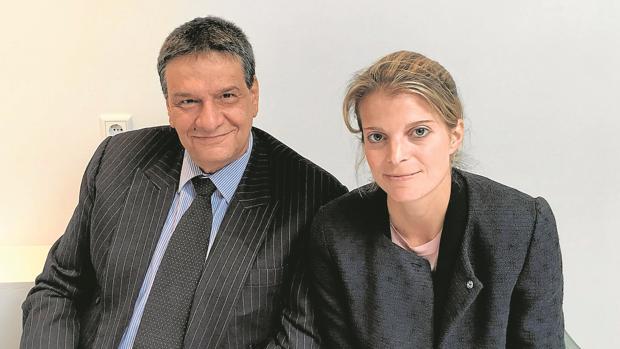 Alexis Mantheakis, autor del libro, junto a Athina Onassis, heredera griega