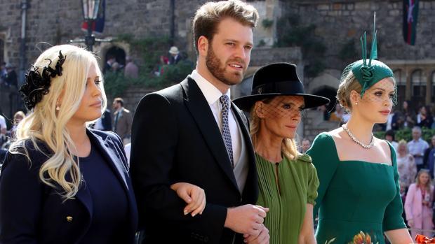 En la boda del Príncipe Harry con su madre, Victoria Aitken, y dos de sus hermanas, Lady Eliza Spencer y Lady Kitty Spencer