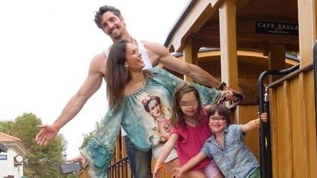 Mireia Canalda y Felipe López junto a sus hijos