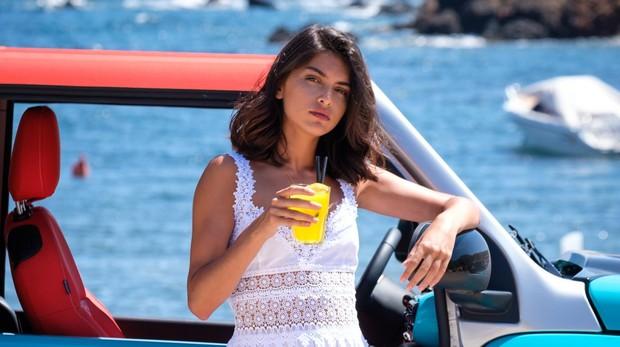 Lucía Rivera, en Ibiza, junto al Citroën E-Mehari del que es madrina