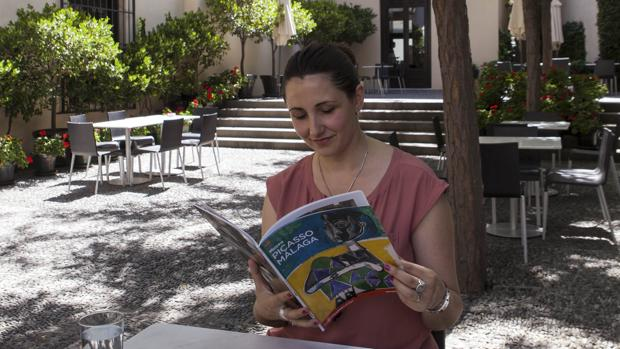 La traductora e intérprete en su café favorito, el del Museo Picasoo de Málaga
