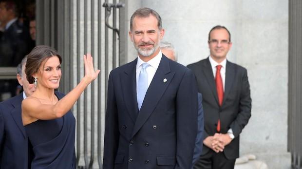 Doña Letizia «reina» en azul para su noche en la ópera