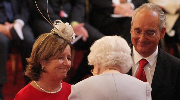 La Reina Isabel II junto a los padres de Ignacio Echevarría
