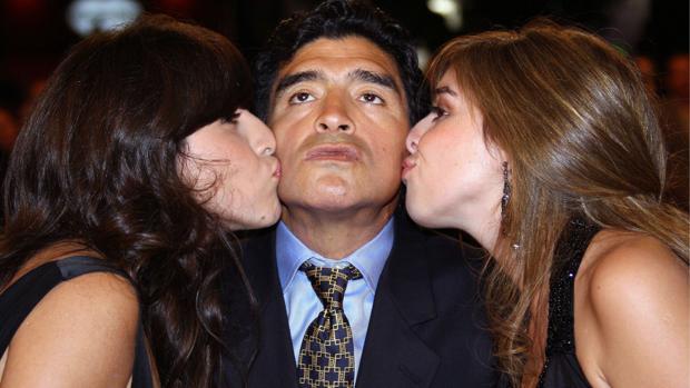Diego Armando Maradona con sus hijas Dalma y Gianinna