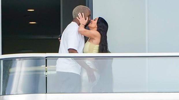 Kanye West y Kim Kardashian, en el balcón de su apartamento de Miami