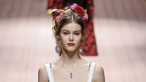 El color y la exuberancia dominan las diademas florales de Dolce&Gabanna