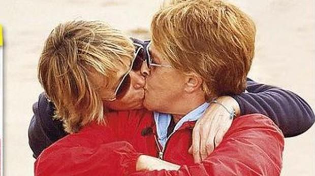 Chelo García Cortés besa a su mujer