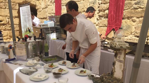 El expositor de El Faro de El Puerto se prepara durante la jornada del sábado. | C.I.