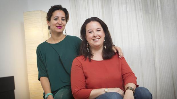 De izquierda a derecha, Natalia Valverde y Sabina del Río, psicólogas de Calma