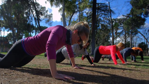 Un grupo de mujeres hace ejercicio en el parque del Retiro