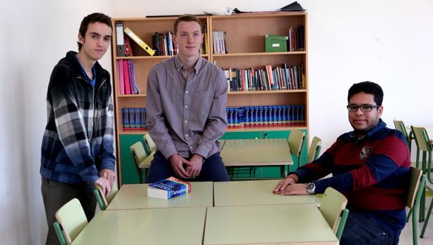 De izquierda a derecha, Jorge López, Rohan Mohan y Fergus Proctor, estudiantes del Hastings School de Madrid