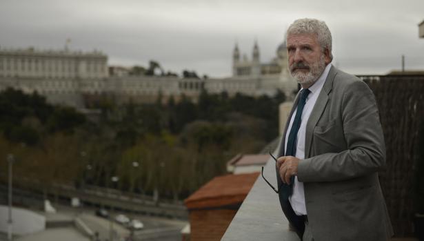 El filósofo y pedagogo navarro Gregorio Luri, frente al Palacio Real de Madrid