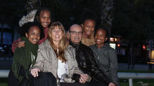 Cristina Cama, su marido Luis y sus cuatro hijas, procedentes de Madagascar