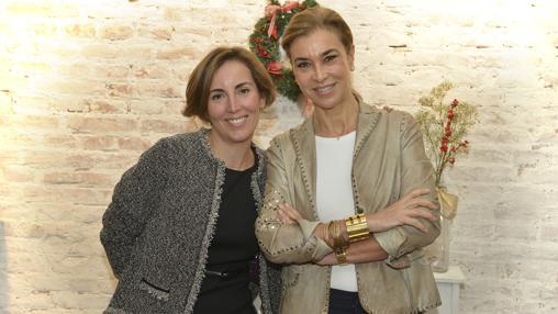 La escritora Camen Posadas junto a Irene Boloña, de Suchard