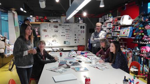 El equipo de diseñadores de Imaginarium , en pleno proceso creativo