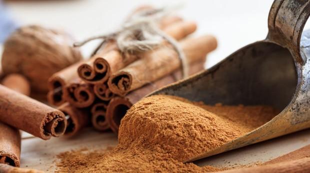 La canela ayuda a controlar los nivelez de azúcar en sangre.