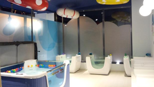 Las bañeras tienen burbujas, chorros y el agua cambia de color