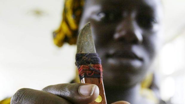 Imagen de archivo de una mujer que practica mutilaciones genitales a mujeres y niñas