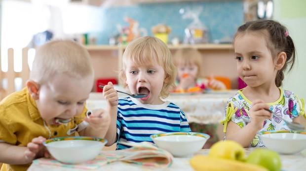 Unos niños, en el comedor del colegio