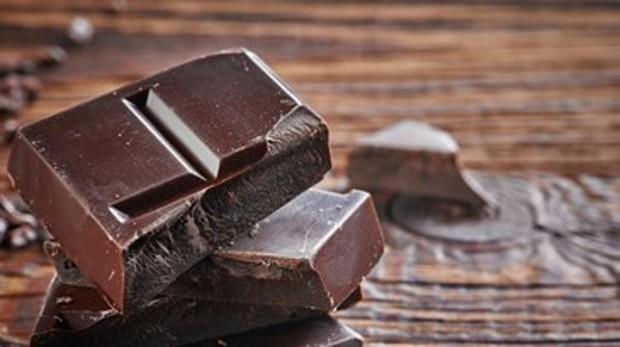 El chocolate estimula la liberación de serotonina, también conocida como hormona de la felicidad