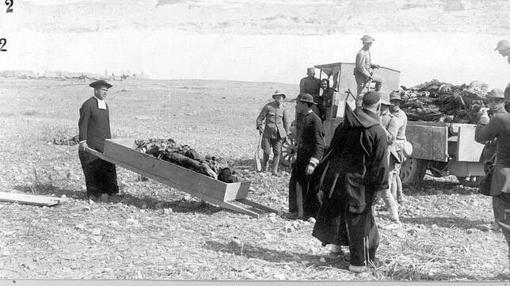 Un sacerdote recoge cuerpos de soldados muertos tras el Desastre de Annual