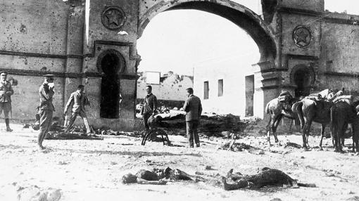 Tropas españolas en Monte Arruit después de que fuese tomado por los rifeños