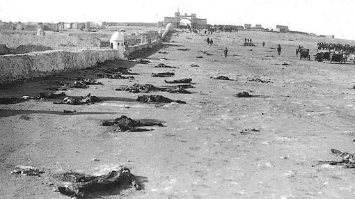 Hilera de cadáveres españoles en Monte Arruit