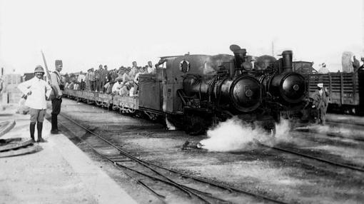 Un tren lleva a las tropas españolas hacia el frente