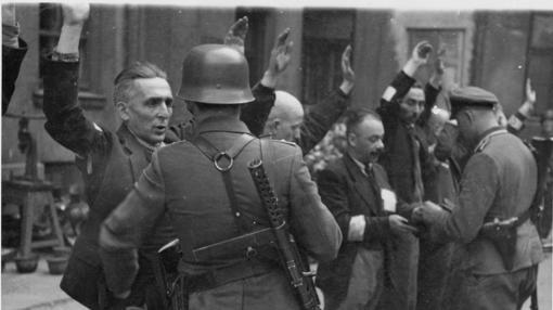 Soldados alemanes arrestan a varios judíos en el gueto