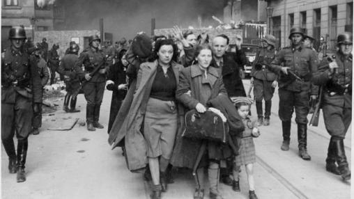 Un grupo de judíos del gueto son deportados