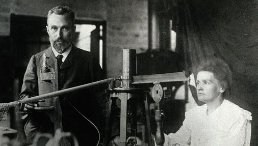 Pierre y Marie en su laboratorio de París.