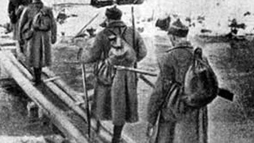 La infantería soviética cruza un río finlandés