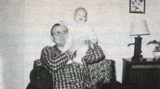 Dahmer, en los brazos de su padre