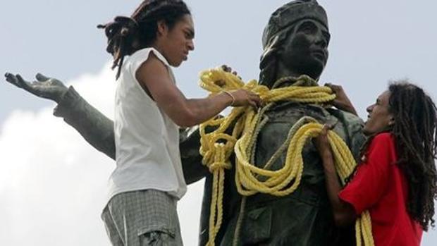 La estatua es arrastrada por Caracas