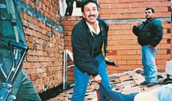 El sargento Hugo Aguilar posa junto al cadáver de Escobar