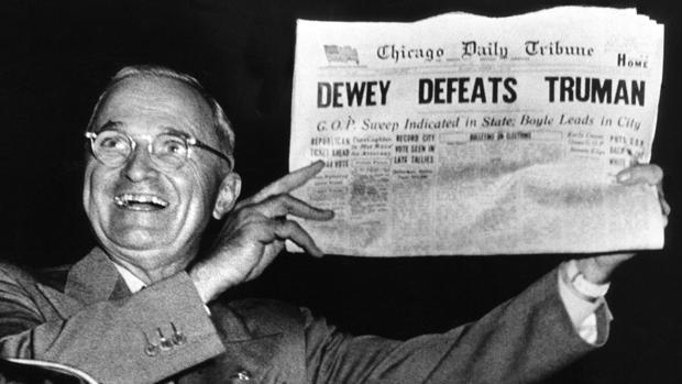 El día de las elecciones «Chicago Daily Tribute» tituló con lo que creían que iba a ser la victoria del rival de Truman. En la fotografía, el presidente se burla del error de los sondeos