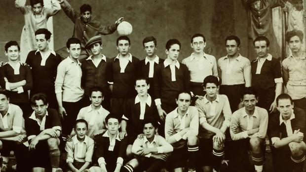 El escultor Jorge Oteiza, primero de pie de la izquierda, con el equipo de fútbol en 1922 en Lecároz
